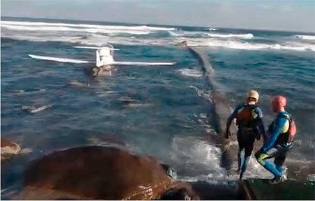 Caen con una avioneta al mar, en Gran Canaria, y resultan ilesos