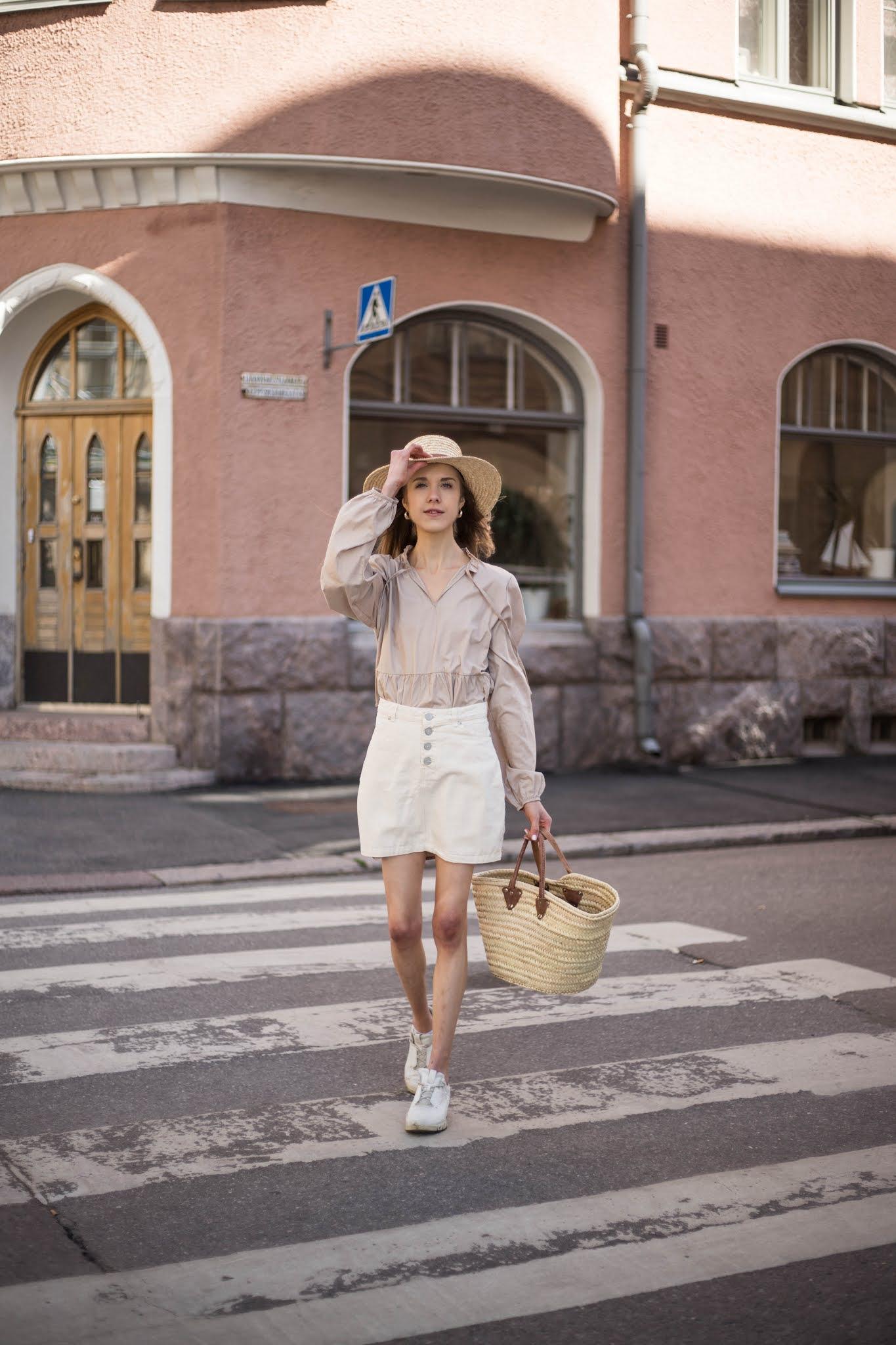 Neutraali kesäasu: valkoinen farkkuhame, beige pusero, olkihattu, korilaukku & lenkkarit // Neutral summer outfit: white denim skirt, beige blouse, straw hat and bag, white trainers