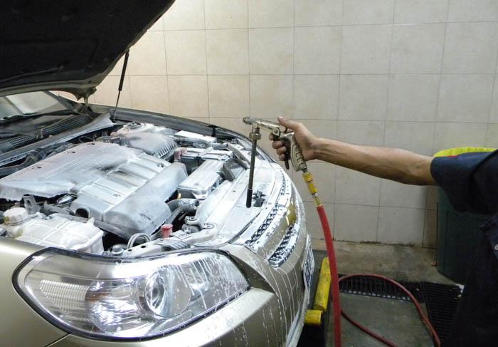 Motocoche c mo limpiar el motor de un coche m todos y for Como lavar el motor de un carro