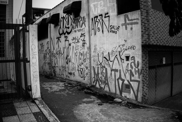 O mês de maio de 2006 ficou profundamente marcado na memória dos parentes das vítimas de uma série de mais de 500 assassinatos de civis na região metropolitana de São Paulo, promovida por grupos paramilitares como resposta aos ataques do Primeiro Comando da Capital, o PCC.  Após a ação do  PCC, que vitimaram 43 agentes públicos, a Polícia Militar passou a executar jovens aleatoriamente em periferias da cidade, como tentativa de vingança aos policiais mortos pela facção. A morte de diversos inocentes pautou a operação.  No último dia 12, os Crimes de Maio completaram 10 anos. A notícia, no entanto, ficou ofuscada pelas manchetes da queda de Dilma Rousseff (PT) para entrada do presidente interino Michel Temer (PMDB). A voz daqueles que sofrem segue silenciada pelo teatro político, jurídico e midiático, mas a marcha fúnebre continua sua caminhada mórbida nas quebradas do país.