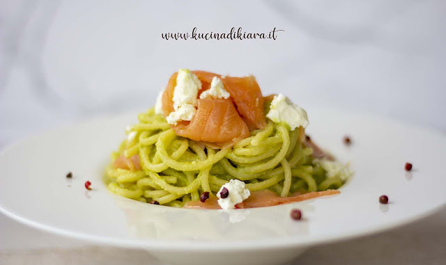 Spaghetti al pesto di avocado con salmone affumicato, feta e pepe rosa cotti con metodo Agnesi