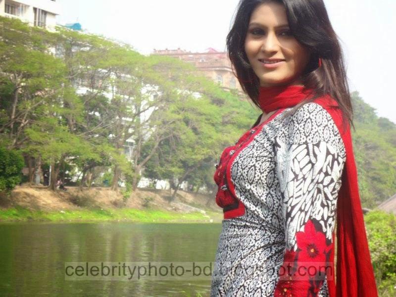 Bangeli Model Wahida Rahi's Exclusive PhotoShoot Collection at Dhanmondi Lake In Salowar 2014-2015