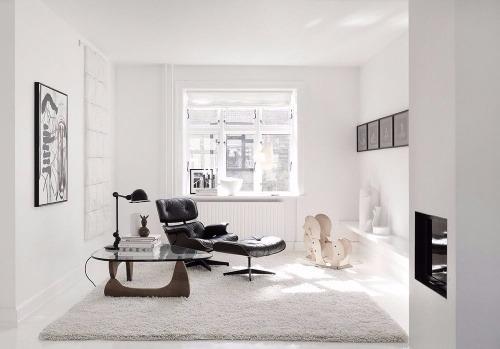Eames Lounge Chiar von Vitra stehen mitten im Wohnzimmer