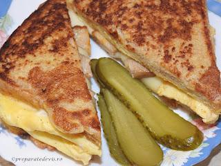 Sandwich reteta rapida cu omleta de oua si felii de paine in ea retete culinare cu kaizer de porc prajit castraveti si cascaval pentru mic dejun gustare si mancare de casa,