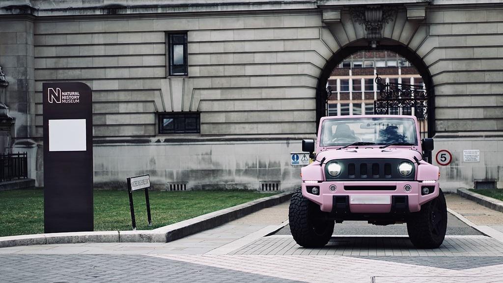 Xe offroad Jeep Wrangler với bản độ màu hồng