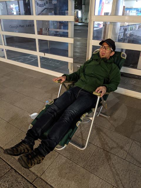 Reporter membuat kemah di depan kantor Soft Bank
