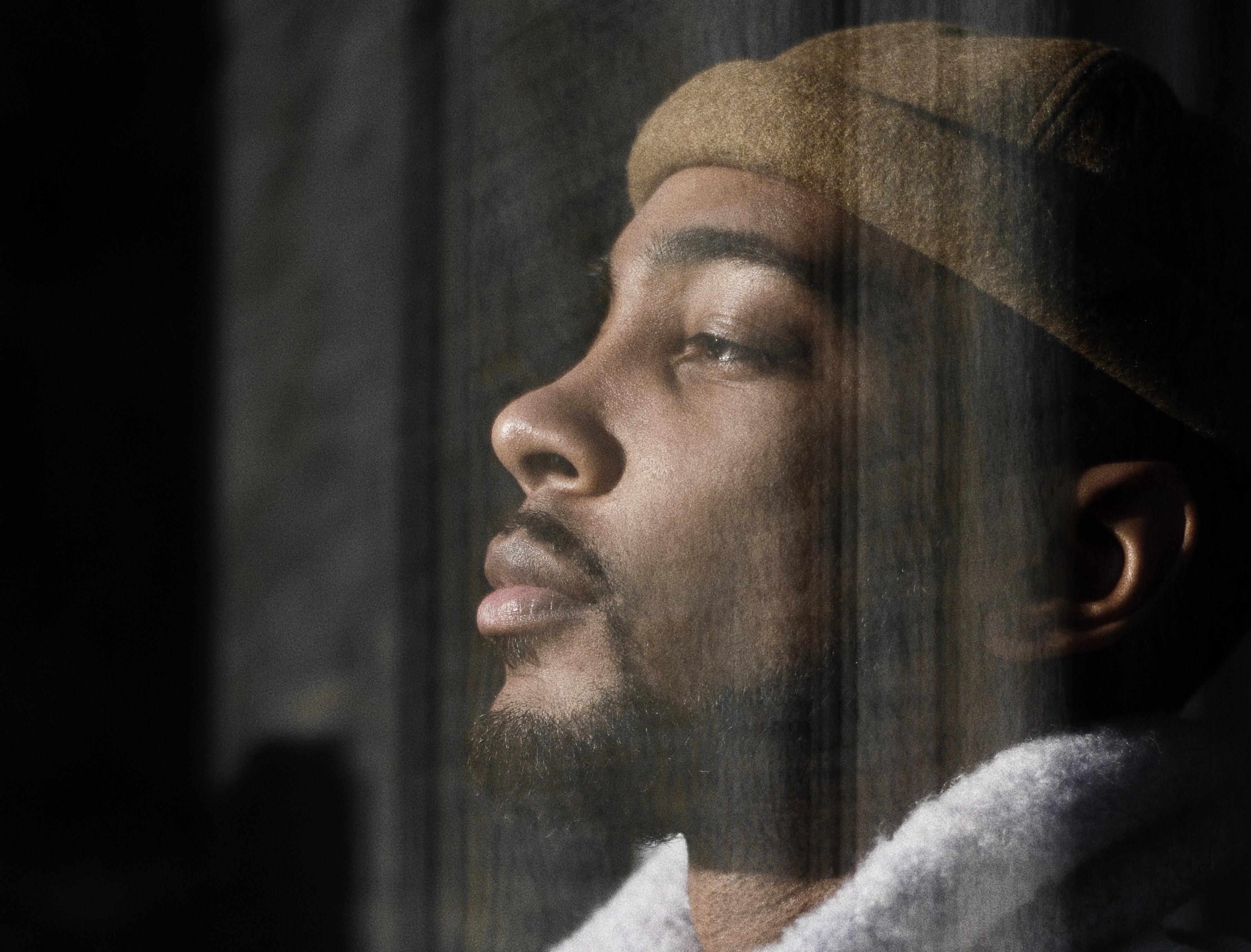Homem negro com olhos fechados