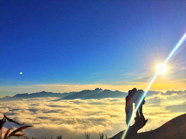 Gặp bình minh trên biển mây Lảo Thẩn cũng cần có sự may mắn. Tuy nhiên, dẫu không gặp biển mây thì cung đường trekking đầy mây bay, hoa nở cũng đủ làm say đắm lòng người. Mây vờn, ôm núi, núi mờ trong mây gợi lên nét bảng lảng, quyến rũ đặc biệt của núi rừng Tây Bắc.