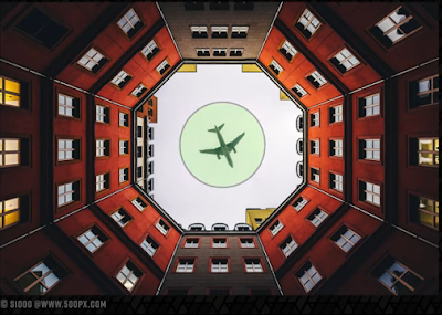 طائرة فوق منتصف مبنى يأخذ شكل ثماني
