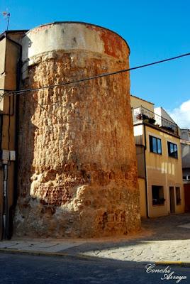 Torre del Cubo, redonda de época musulmana, parte de la muralla.