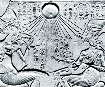 rey Akhenaton (a la izquierda) con la reina Nefertiti y tres de sus hijas bajo los rayos del dios del sol Aten, Egipto, a mediados del siglo 14 aC