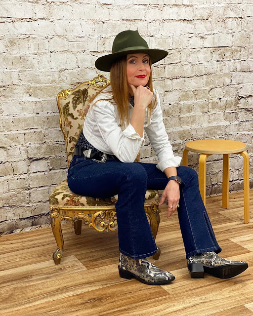 A cropped denim jacket for a urban western look on Fashion and Cookies fashion blog