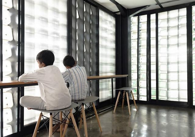 Suasana bagian interior Microlibrary, akibat fasad yang tembus cahaya