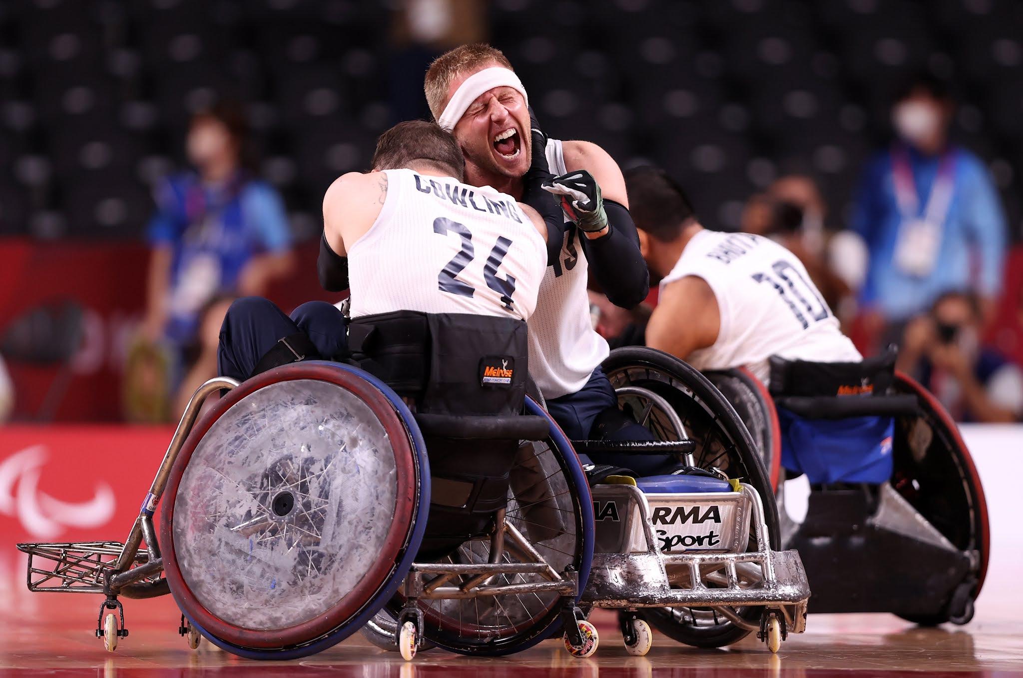 dois jogadores britânicos se abraçam após o fim da partida