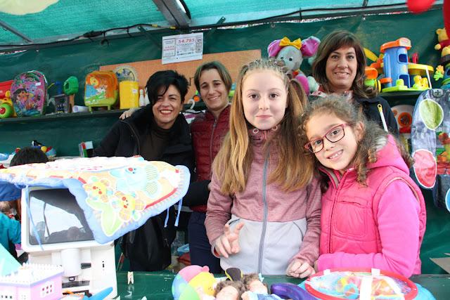 Participantes en el rastrillo infantil navideño