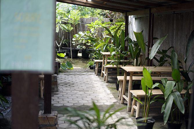Suasana kedai kopi Rawuh di Jogja kala menjelang siang