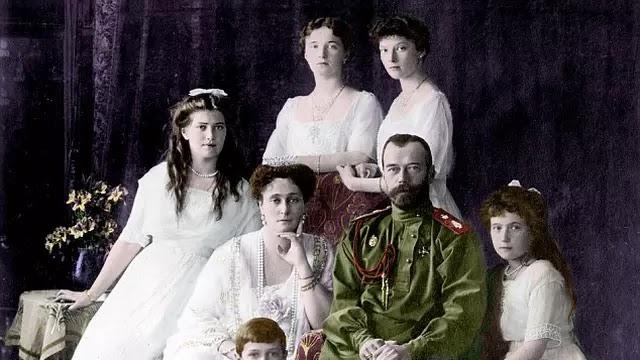Raja terakhir Rusia, Tsar Nicholas II dieksekusi pada 17 Juli 1918. Konon, salah satu putrinya, Anastasia berhasil lolos.