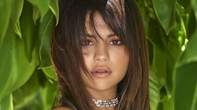 Selena quebra seu silêncio: ELLE Megazine
