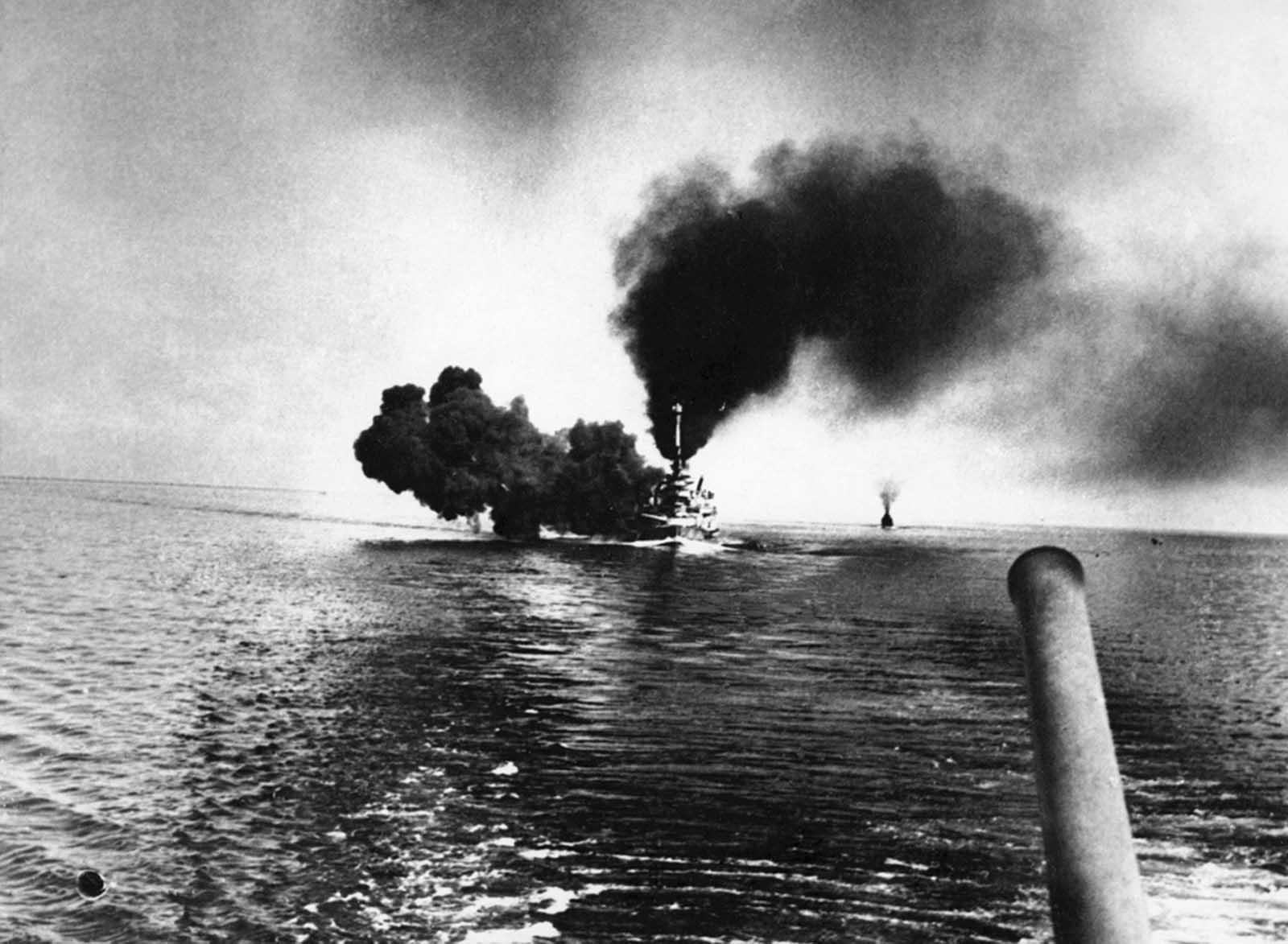 A német haditengerészet haditengerészeti csatahajója, az SMS Schleswig-Holstein a Jütland 1916. május 31-i csata során lövöldöz az Északi-tengeren.