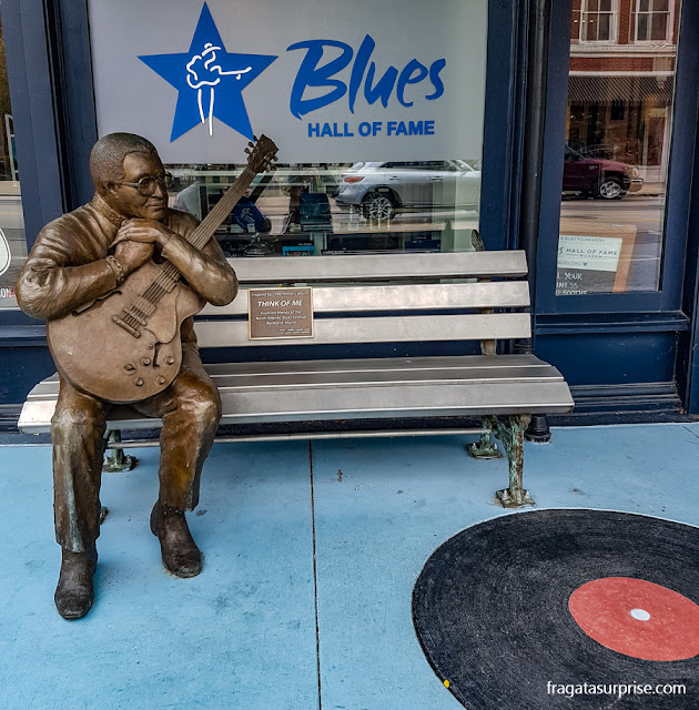 Estátua do bluesman Little Milton no Hall da Fama do Blues, em Memphis