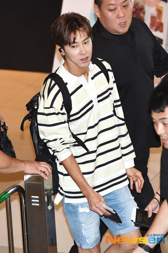 Yunho havaalanı tarzıyla üniversiteli günlerine dönmüş gibi görünüyor