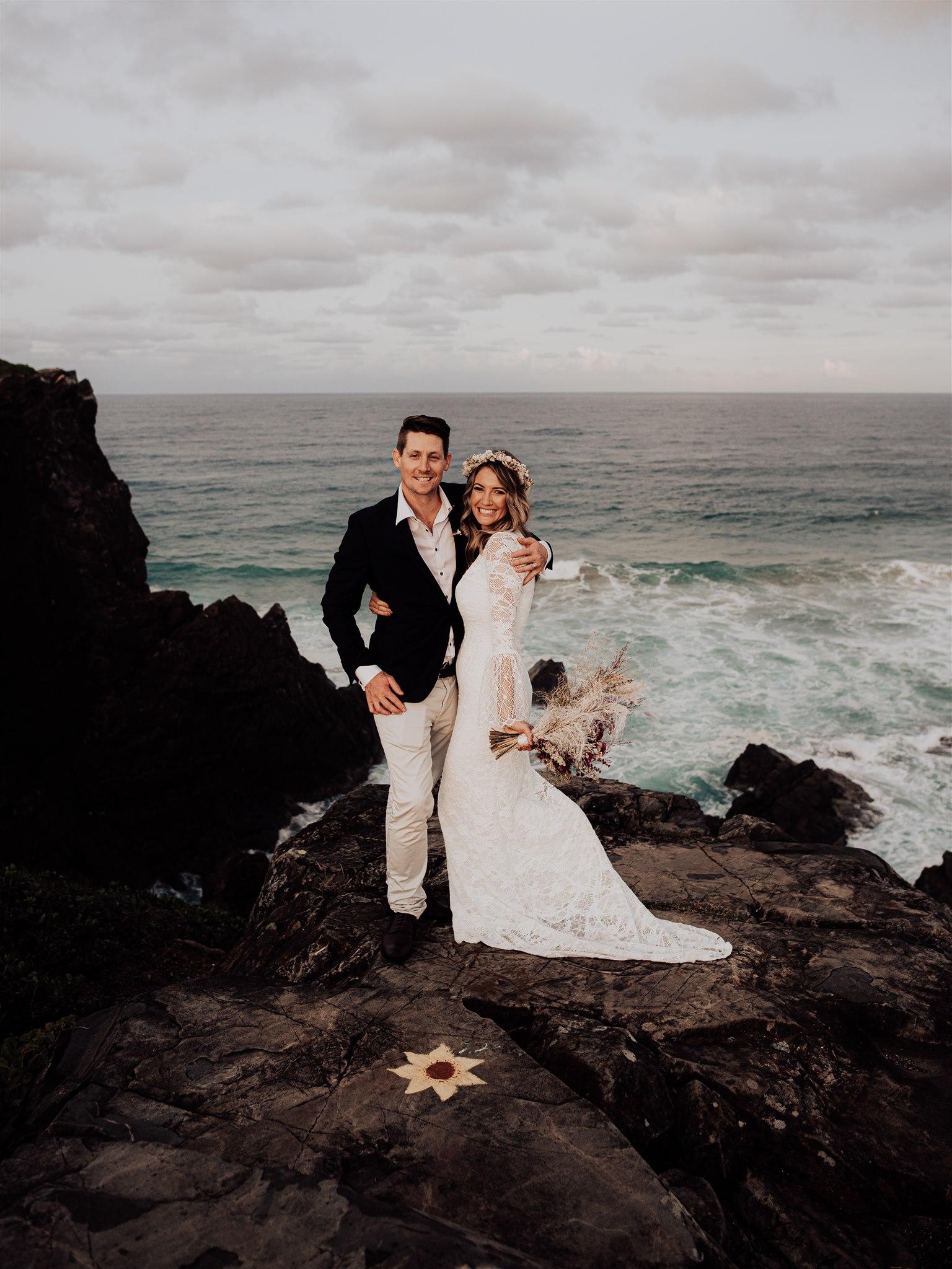 LOVE STORY: LEAH + JOSH   INITIMATE BEACH WEDDING AVEC ZOOM GUESTS CABARITA BEACH NSW