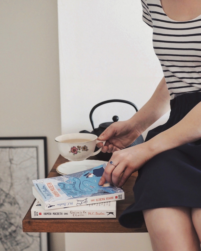 Moment cocooning à la maison : du thé et de bons livres