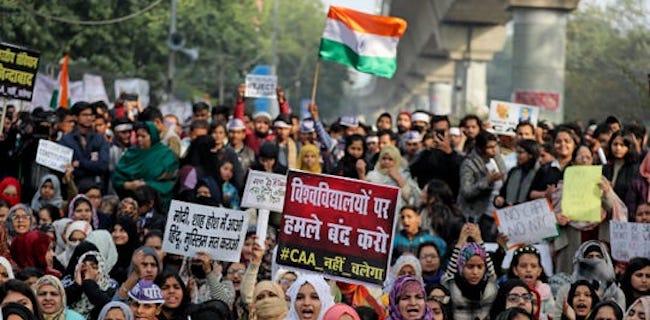 """22 Orang Tewas Saat Tolak """"UU Anti Muslim"""" di India"""