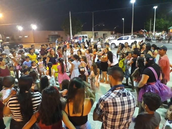 Grupo Aptas: Mulheres Solidárias promove momento para as crianças na praça de eventos.