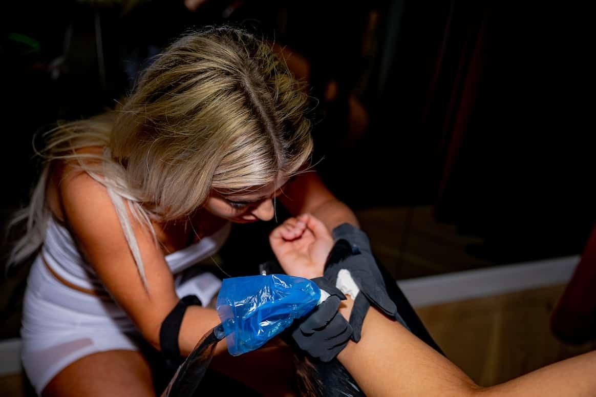 Una tatuadora en plena sesión de tatuaje