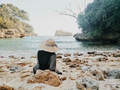 Terlihat banyak batuan terumbu karang yang muncul ketika air sedang surut. Foto oleh @ekanapermatasari