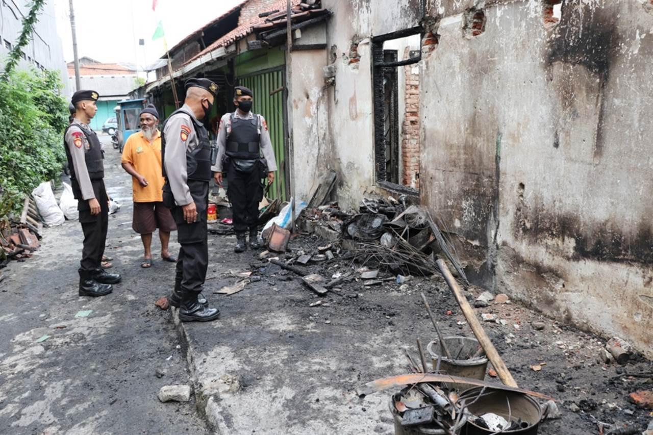 Tim Lawet Sakti Polres Kebumen Bantu Korban Kebakaran di Bumirejo
