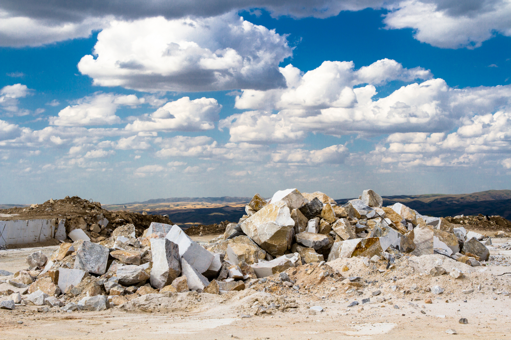 penambangan batu marmer mentah