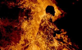 فظيع: وفاة شاب ال17 سنة بعد اضرامه النار في جسده أمام مركز الشرطة..