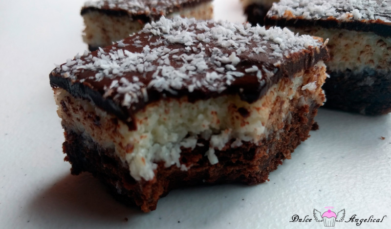 Brownie con capa de coco y chocolate