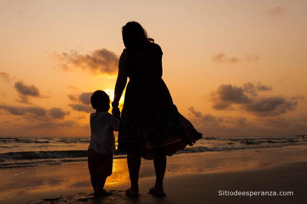 Madre con su hijo en la playa