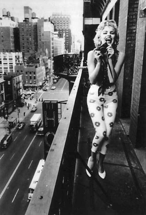 photographie noir et blanc d'une femme sur un balcon