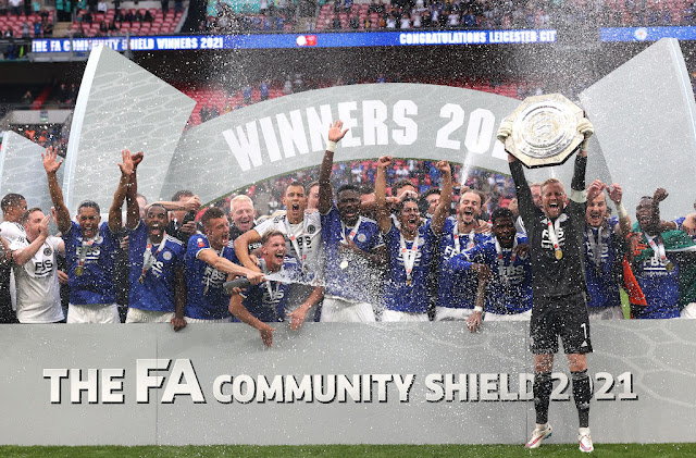 Leicester city players lift the community shield after win over Man city
