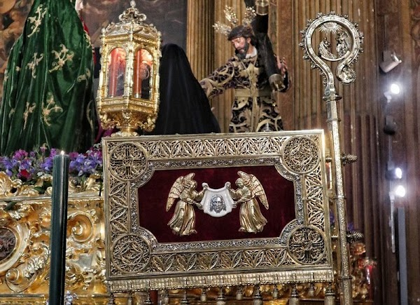 El Valle culmina la ejecución de su nueva insignia dedicada al cardenal Cervantes