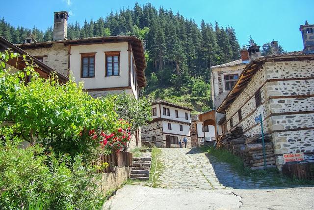 Къщи в селото