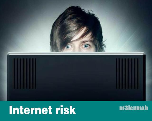 4 علامات تدل على أن ابنك المراهق قد يكون في مشكلة عبر الإنترنت