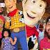 Pai fica muito mais feliz do que a filha em encontrar o Buzz e o Woody e acaba cortando ela da foto