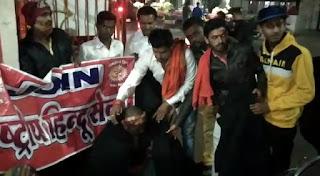 राष्ट्रीय हिंदू सेना द्वारा भारी ठंड को देखते हुए सार्वजनिक स्थल पर गरीबों को कंबल वितरण किया गया