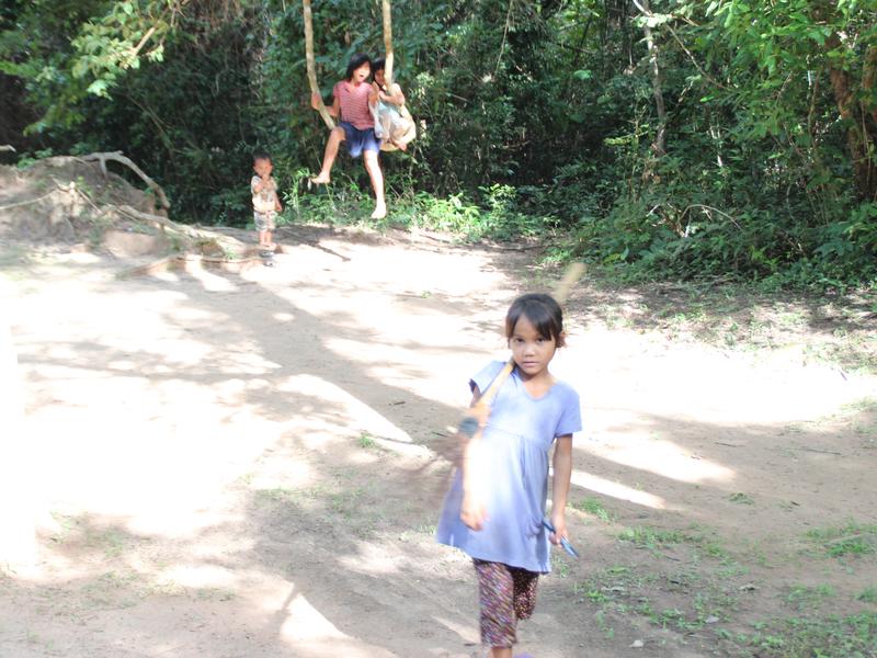 Niños jugando Angkor Wat