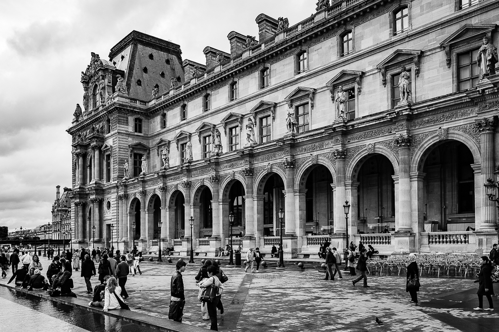 a black and white photo of the louvre museum in paris