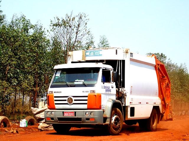 Detalhe de um caminhão coletor. Foto: João Paulo Meira Marinho,2003