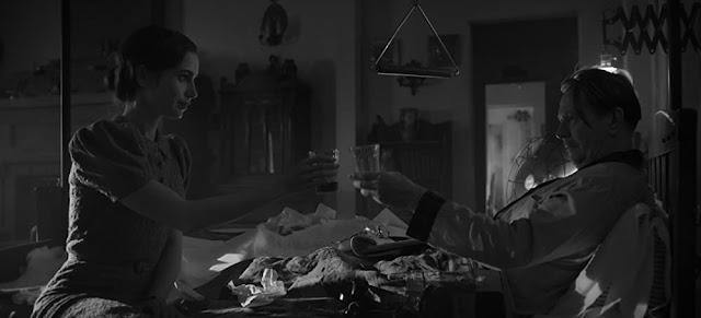 Lily Collins y Gary Oldman. Imagen de Netflix.