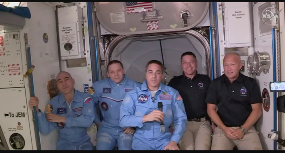 Los astronautas Bob Behnken and Doug Hurley durante una transmisión en vivo desde la Estación Espacial Internacional junto a la tripulación actual de la nave orbital el 31 de mayo de 2020 / NASA