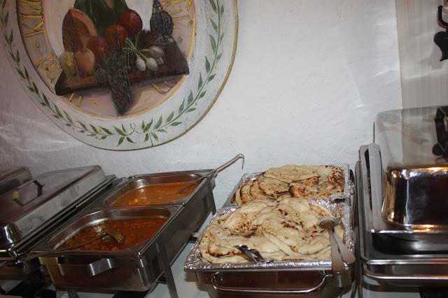 INdisches Essen vom Buffet - Deutsch-indische Hochzeit im Riessersee Hotel Garmisch-Partenkirchen, Bayern, Navy Blue, Weiß, Fuchsia, Vintage, Schmetterlinge, Ballons - #deutsch-indische Hochzeit #Riessersee Hotel #heiraten in Bayern #Hochzeit in Garmisch