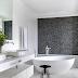 Banheiro contemporâneo branco e preto com banheira de imersão e parede de seixos!